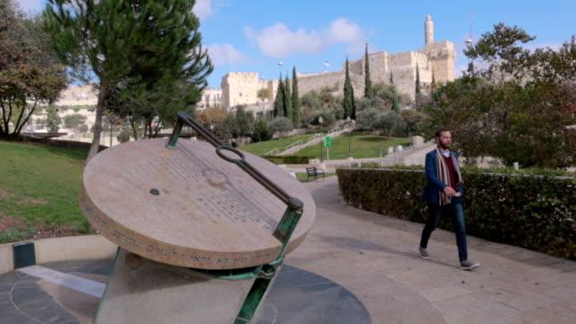 stockvideo's en b-roll-footage met zakenman wandelen in jeruzalem - stock video - oost jeruzalem