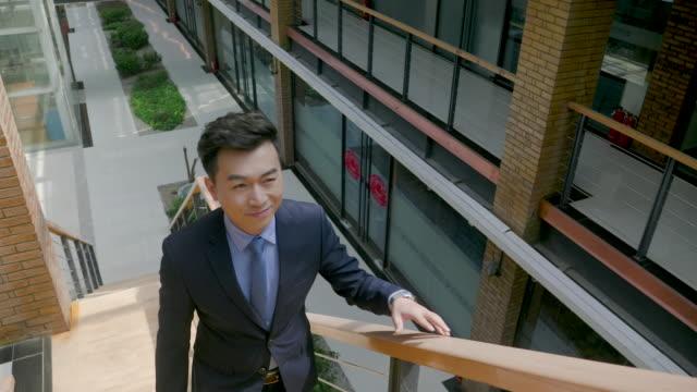 vidéos et rushes de ds ms businessman walking in office, beijing, china - un seul homme