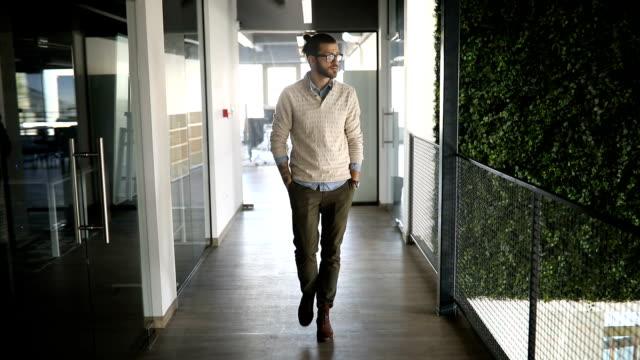 Wandern im Büro Korridor Geschäftsmann