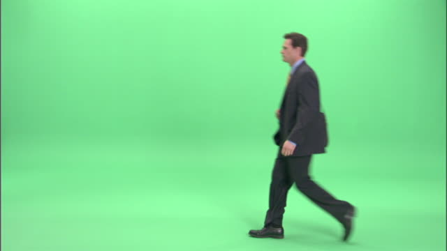 vídeos de stock, filmes e b-roll de ms, businessman walking in studio - corpo inteiro