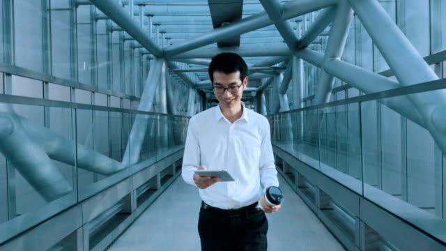 Geschäftsmann, Wandern im Tunnel mit digital-Tablette