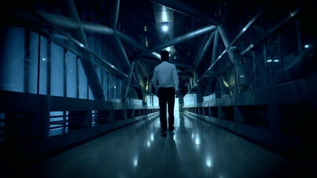 Geschäftsmann zu Fuß in tunnel