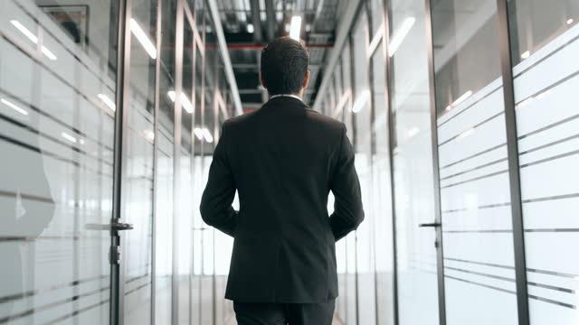 vídeos de stock e filmes b-roll de businessman walking office corridor - pessoa de negócios