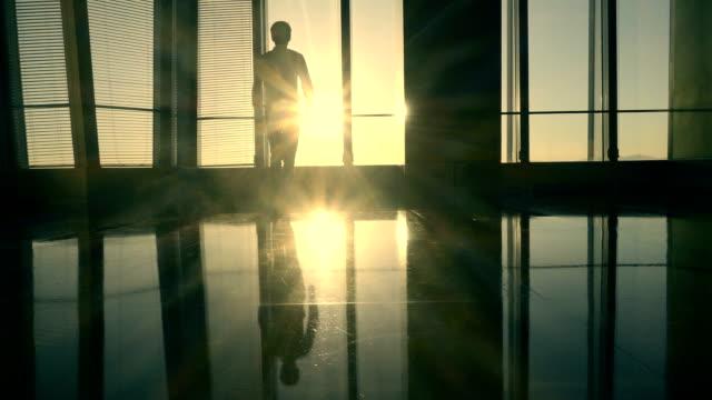 日光を歩くビジネスマン - standing点の映像素材/bロール