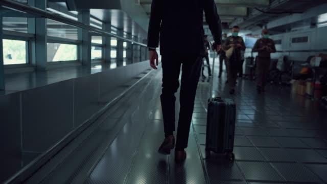 空港のゲートまで歩くビジネスマン - 到着点の映像素材/bロール