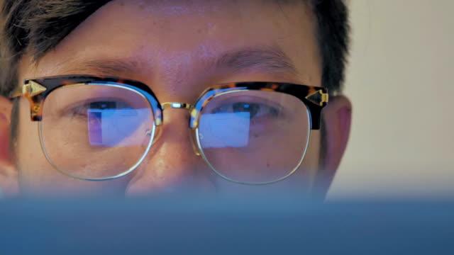 stockvideo's en b-roll-footage met zakenman kijken naar informatie van laptop, panning shot - effectiviteit