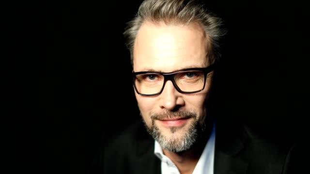 vidéos et rushes de homme d'affaires, portez des lunettes en souriant - 50 54 ans