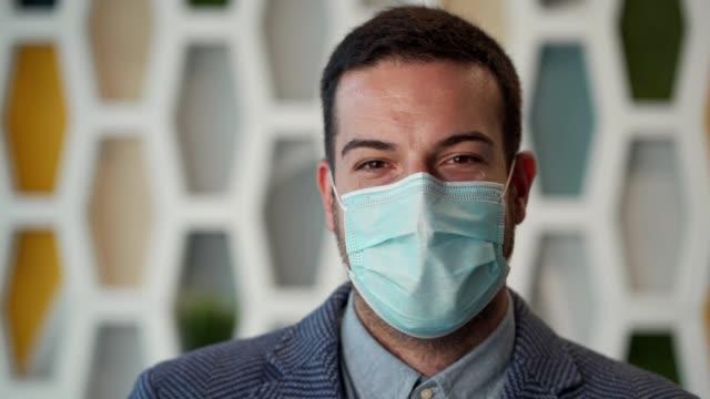 vídeos de stock, filmes e b-roll de empresário usando máscara protetora - handsome people