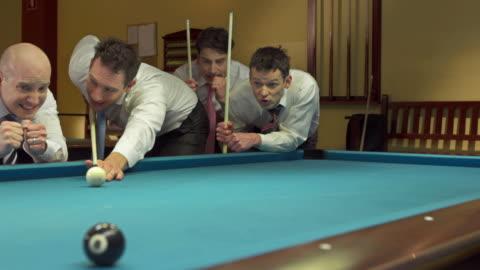 hd :dolly ビジネスマンに輝くプールゲーム - キューボール点の映像素材/bロール