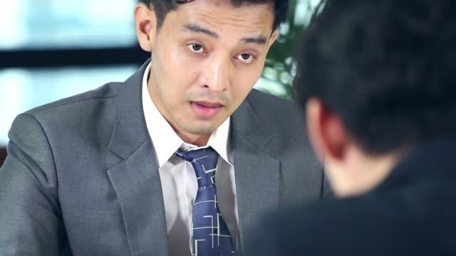 会議室でのチームのグループとビジネスマン - 逆らう点の映像素材/bロール