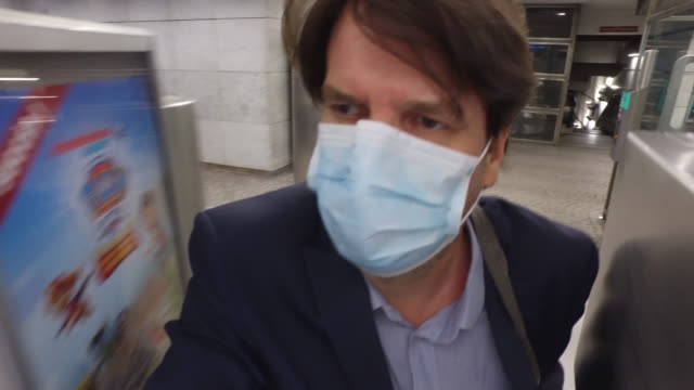 businessman with a protective mask on the subway to go to work. paris april 27 during the lockdow, the man continues to go to work in the business... - businesswear stock videos & royalty-free footage