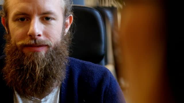 Geschäftsmann mit Bart lächelnd im Büro