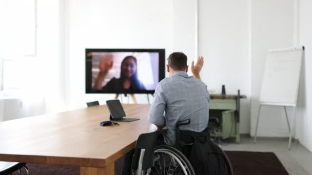 vídeos de stock e filmes b-roll de businessman with disability having a video call in board room - sala de conferência
