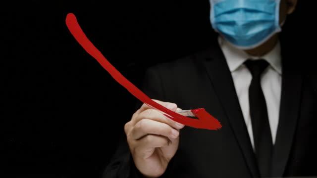 affärsman med ansiktsskyddande mask för att visa ikonen för ekonomisk krasch diagram diagram på glasfönstret - börskrasch bildbanksvideor och videomaterial från bakom kulisserna
