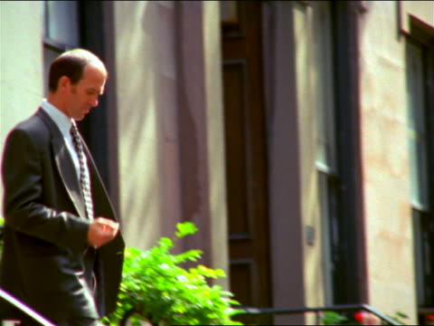 businessman with keys walking down steps of brownstone / puts keys in pocket / brooklyn heights - nur männer über 30 stock-videos und b-roll-filmmaterial
