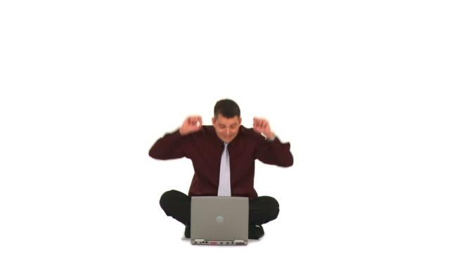 vídeos de stock e filmes b-roll de hd: homem de negócios com computador portátil - camisa e gravata
