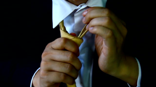 Geschäftsmann mit Anzug Hand halten Sie die set-up-Krawatte, elegant