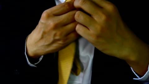 """vidéos et rushes de homme d'affaires avec la main de costume cravate tenir """" habillé - enlever"""