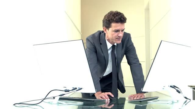 Affärsman med två datorer