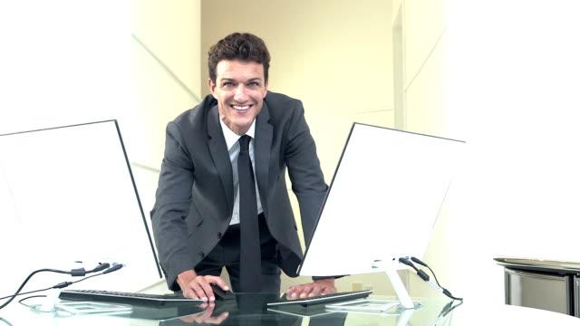 2 台のコンピューターを持ったビジネスマン - もたれる点の映像素材/bロール