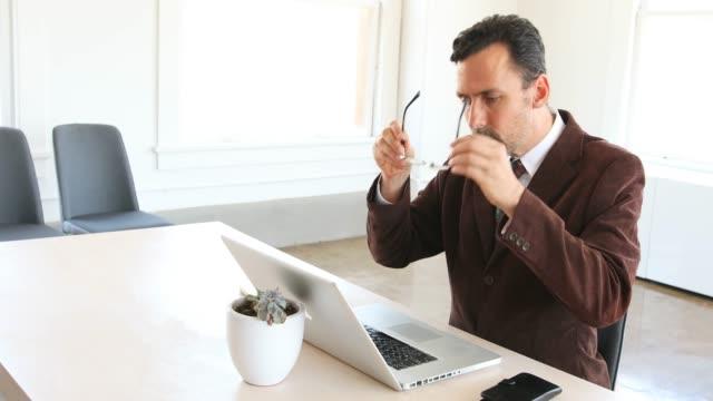 geschäftsmann, arbeiten bei einem laptop-computer - formelle geschäftskleidung stock-videos und b-roll-filmmaterial