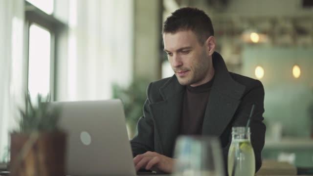 vídeos y material grabado en eventos de stock de empresario trabajando en el café - cultura de café