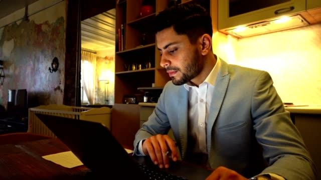 geschäftsmann, arbeiten von zuhause mit laptop - naher und mittlerer osten stock-videos und b-roll-filmmaterial