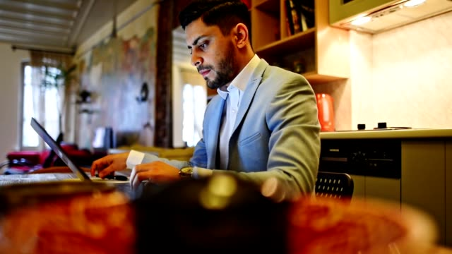 stockvideo's en b-roll-footage met zakenman die thuis werken met laptop - klein kantoor