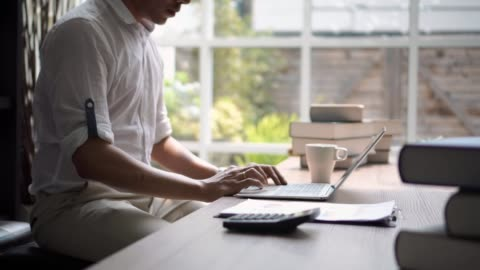 affärsman som arbetar på laptop i office. - skrivbord bildbanksvideor och videomaterial från bakom kulisserna