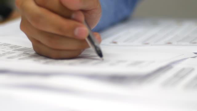 vídeos de stock e filmes b-roll de empresário trabalhando na mesa de escritório com o seu documento - engenheiro civil