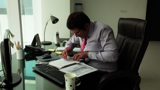 businessman working in an office  - コードレスフォン点の映像素材/bロール