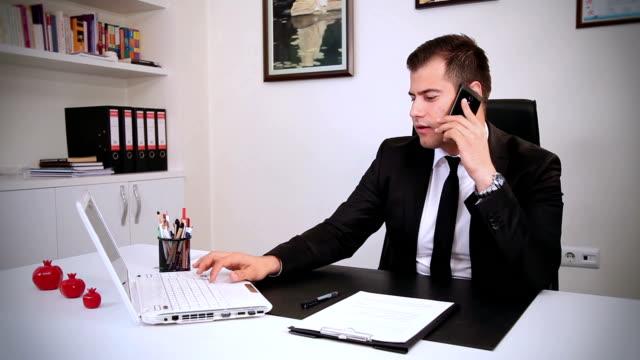 vídeos de stock e filmes b-roll de empresário trabalhando no escritório - camisa e gravata