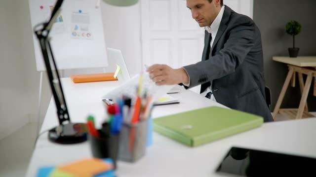 Zakenman werken op kantoor
