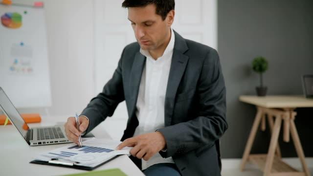 vídeos de stock, filmes e b-roll de empresário trabalhando no escritório  - só um homem maduro