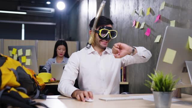 businessman working needing vacations - 25 29 jahre stock-videos und b-roll-filmmaterial
