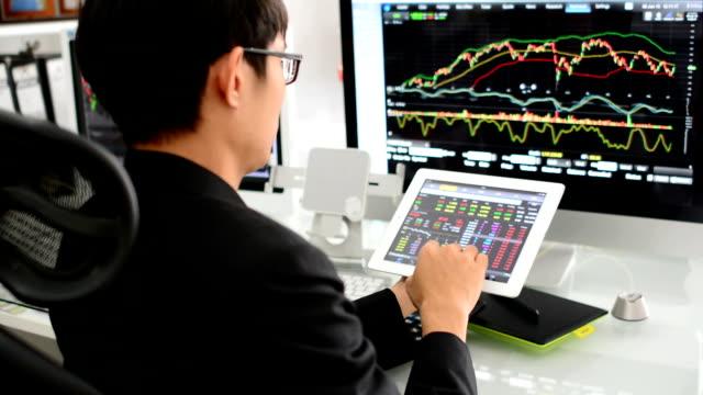 vídeos y material grabado en eventos de stock de hombre de negocios trabajando con su smartphone y ordenador - east asian ethnicity
