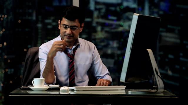 stockvideo's en b-roll-footage met ms businessman working on computer and drinking tea in office - overhemd en stropdas