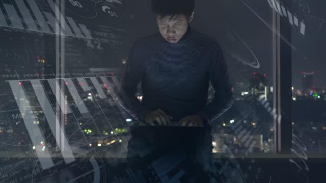 Geschäftsmann, arbeiten am Computer Laptop im futuristischen display