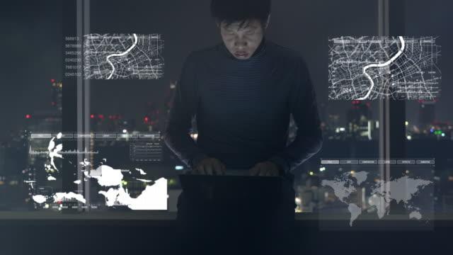 未来のディスプレイでコンピューターのラップトップに取り組んでの実業家