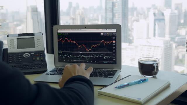 vídeos y material grabado en eventos de stock de hombre de negocios trabajando en la computadora - inversión