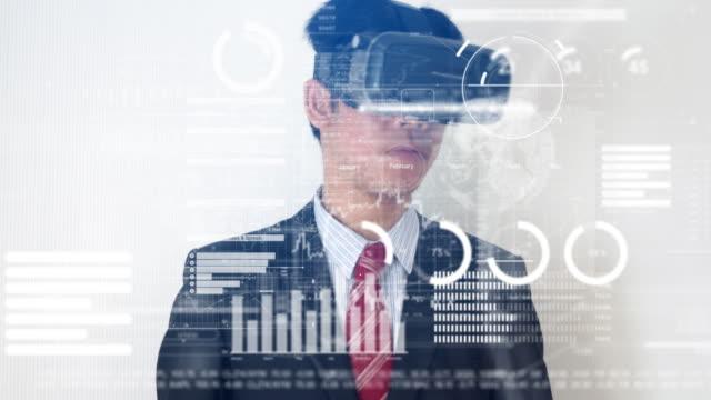 Zakenman bezig met financiële gegevens met virtual reality headset