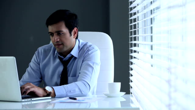 vídeos y material grabado en eventos de stock de businessman working on laptop, delhi, india - vestimenta de negocios formal