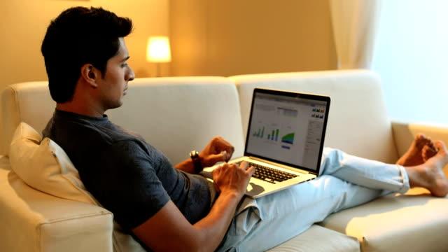 stockvideo's en b-roll-footage met businessman working on laptop, delhi, india - achterover leunen