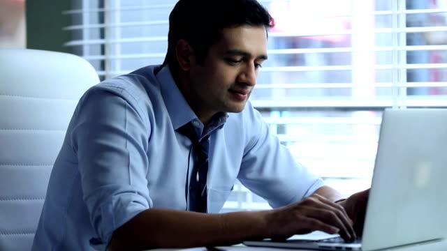 businessman working on laptop, delhi, india - hemd und krawatte stock-videos und b-roll-filmmaterial