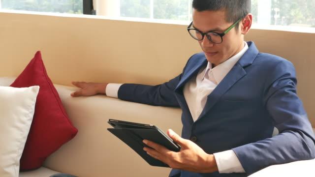 vídeos de stock, filmes e b-roll de homem de negócios que trabalha na tabuleta no escritório - abundância