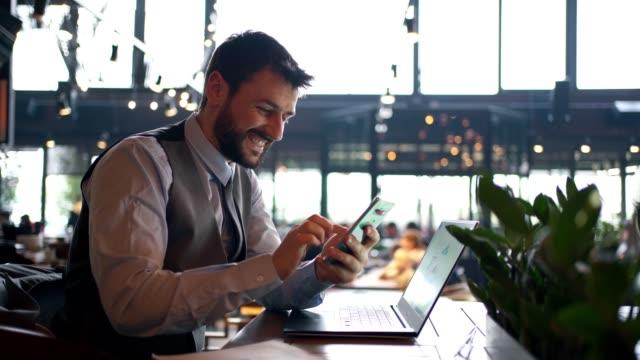geschäftsmann arbeitet online im café - junger mann allein stock-videos und b-roll-filmmaterial