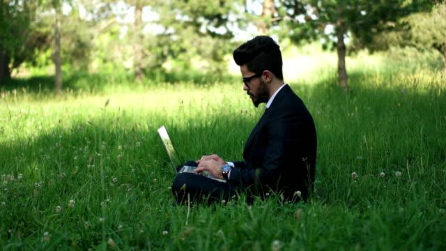 vídeos de stock e filmes b-roll de businessman working outdoors - one mid adult man only