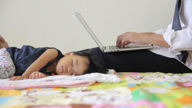 uomo d'affari al lavoro durante il suo bambino che dorme - gender bender video stock e b–roll