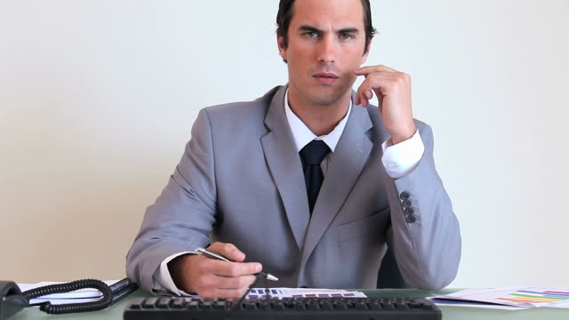 vídeos y material grabado en eventos de stock de businessman working while sitting at his desk - traje completo
