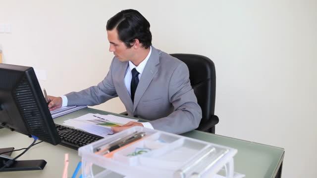 businessman working with a computer - nur männer über 30 stock-videos und b-roll-filmmaterial